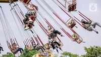 Para pengunjung menaiki wahana bermain di Dunia Fantasi, Ancol, Jakarta, Minggu (10/10/2021). Pelonggaran PPKM level 3 di Jakarta membuat sejumlah tempat wisata kembali ramai didatangi pengunjung. (Liputan6.com/Faizal Fanani)