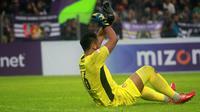 Dimas Galih Pratama, kiper Persik, mengalami kejang otot saat menghadapi Bhayangkara FC di Stadion Brawijaya, Kediri (6/3/2020). (Bola.com/Gatot Susetyo)