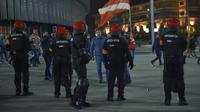 Seorang petugas kepolisian wilayah Basque, Spanyol, tewas setelah mencoba melerai bentrokan antara kelompok suporter Athletic Bilbao dan Spartak Moskow di luar Stadion San Mames, Kamis (22/2/2018). (AFP/Ander Gillenea)