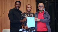 Manajer Madura United, Haruna Soemitro (kanan), bersama Zah Rahan (tengah) dan sang agen, Julius Kwateh, yang menandakan kembalinya sang pemain berseragam Madura United pada Liga 1 2020. (Bola.com/Aditya Wany)