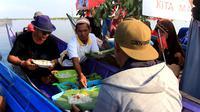 Kepedasan masakan ikan baung pun rela, asal warga rukun. (foto: Liputan6.com / abdul jalil)