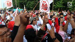 Ratusan relawan Jokowi Poros Benhil melakukan aksi damai salam jempol ceria di kawasan Monas, Jakarta, Jumat (11/1). Aksi digelar sebagai antisipasi menghilangkan rasa ketakutan, sara, hoaks, dan premanisme masyarakat. (Liputan6.com/Johan Tallo)