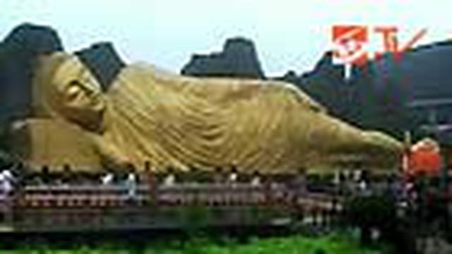 Ratusan umat Buddha peringati Waisak 2554 di Maha Vihara Bejijong, Trowulan, Mojokerto. Dengan khusuk pendeta dan umat melakukan ritual mengelilingi Buddha tidur dan pelataran vihara.