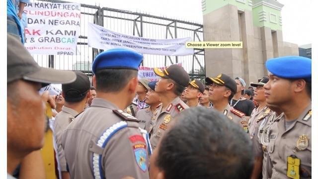 Kapolda Metro Jaya Irjen Pol Mocgieharto berdialog dengan para pendemo Sopir Taksi. Kapolda meminta agar demo berlangsung tertib dan aman.