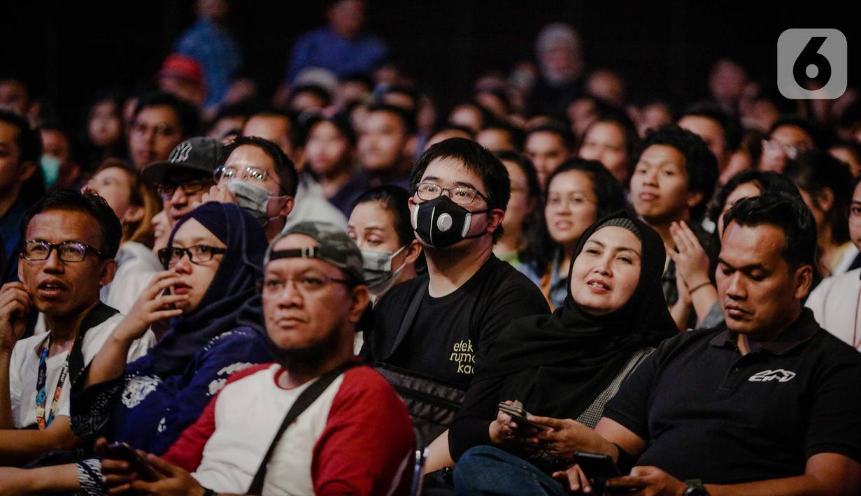 Sejumlah pengunjung menggunakan masker saat menyaksikan Java Jazz Festival 2020 di JIExpo Kemayoran, Jakarta, Jumat (28/2/2020). Promotor meminta penonton memakai masker saat menghadiri Java Jazz Festival 2020 untuk mengantisipasi penyebaran virus corona. (Liputan6.com/Faizal Fanani)
