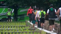 Skuat Persebaya latihan di Lapangan Desa Dimoro, Kota Blitar (17/2/2020), jelang seminal Piala Gubernur Jatim 2020 kontra Arema. (Bola.com/Gatot Susetyo)