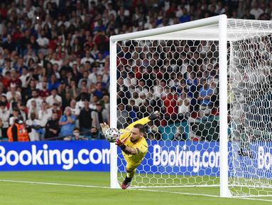 Kiper Italia Gianluigi Donnarumma menyelamatkan tendangan pemain Inggris, Bukayo Saka dalam adu penalti pada pertandingan final Euro 2020 di Stadion Wembley di London, Minggu 11 Juli 2021. Donnarumma telah resmi menjadi pemain Paris Saint Germain (PSG). (Fabio Ferrari/LaPresse via AP)