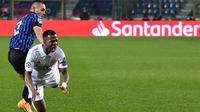 Bek Atalanta, Rafael Toloi mengadang striker Real Madrid, Vinicius Junior ketika kedua tim bertemu pada leg 1 babak 16 besar Liga Champions 2020/2021, Kamis (25/02/2021) dini hari WIB. (Tiziana FABI / AFP)
