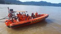 Tim SAR Kota Padang melakukan pencarian terhadapa korban kapal nelayan yang karam di Perairan Kota Padang. (Liputan6.com/ Dok SAR Padang)