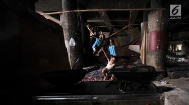 Anak-anak saat bermain di permukiman kolong tol kawasan Tanjung Priok, Jakarta, Rabu (16/1). BPS mencatat persentase jumlah penduduk Indonesia miskin pada September 2018 sebesar 9,66 persen atau menurun 0,16 persen. (Merdeka.com/Iqbal S Nugroho)