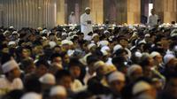 Seorang Jemaah melaksanakan salat sunah jelang mengikuti salat Idul Adha 1436 H di Masjid Istiqlal Jakarta, Kamis (24/9/2015). Salat Id dipimpin Imam Hasanudin dan khotbah disampaikan oleh  Amin Abdullah. (Liputan6.com/Helmi Fithriansyah)