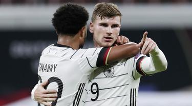 Striker Jerman, Timo Werner, melakukan selebrasi bersama Serge Gnabry usai mencetak gol ke gawang Ukraina pada laga UEFA Nations League di Red Bull Arena, Minggu (15/11/2020). Jerman menang dengan skor 3-1. (AP/Michael Sohn)