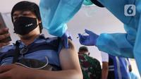 Pekerja transportasi mendapatkan suntikan vaksin COVID-19 di Terminal Poris Plawad, Cipondoh, Kota Tangerang, Kamis (4/3/2021). Ada sebanyak 1.000 peserta pekerja transportasi mulai dari sopir angkot, bus, taksi dan ojek yang divaksinasi Covid-19. (Liputan6.com/Angga Yuniar)