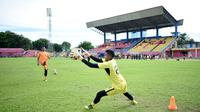 Zulkarnain Zakaria saat melatih kiper Semen Padang, Rendi Oscario. (Bola.com/Arya Sikumbang)