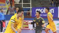 Para pemain Sukun-DPUPR Grobogan merayakan kemenangan atas Yuso Yogyakarta dalam perebutan tiket semifinal Livoli Divisi Utama di GOR Dimyati, Tangerang, Jumat (18/10/2019). (foto: PBVSI)