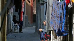 Seorang pria duduk di sebelah rumahnya saat Hari Nakba di kamp pengungsian Al-Shati, Jalur Gaza, Palestina, Rabu (15/5/2019). Hari Nakba diperingati setiap tanggal 15 Mei atau sehari setelah Israel merayakan hari kemerdekaannya. (MOHAMMED ABED/AFP)