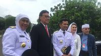 Gubernur Jawa Timur terpilih Khofifah Indar Parawansa (kiri) bersama Wakil Gubernur Jawa Timur terpilih Emil Elestianto Dardak mengapit Mendagri Tjahjo Kumolo sebelum pelantikan di Istana Negara, Jakarta, Rabu (132/2019). (Liputan6.com/Lizsa Egeham)