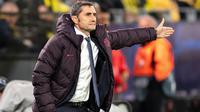 Pelatih Barcelona, Ernesto Valverde, saat memimpin skuatnya dalam laga melawan Borussia Dortmund. (AFP/Marius Becker)