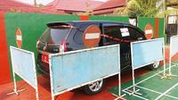 Mobil dinas Pemkab Purbalingga disegel usai OTT Bupati Purbalingga oleh KPK. (Foto: Liputan6.com/Muhamad Ridlo)