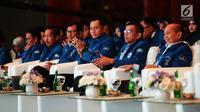 Sekjen Partai Demokrat Hinca Panjaitan (kedua kanan) bersama Komandan Komando Satuan Tugas Bersama (Kogasma) Partai Demokrat Agus Harimurti Yudhoyono (kedua kanan) menghadiri acara pembekalan Anggota Legislatif Partai Demokrat di JCC Senayan, Jakarta, Selasa (10/9/2019). (merdeka.com/Imam Buhori)