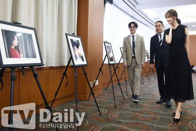 Beberapa foto Yoona yang terpampang di acara penghargaan ini/copyright news Pic/pit