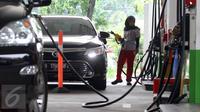 Petugas mengisi BBM pada sebuah mobil di salah satu SPBU, Jakarta, Selasa (1/3). Pertamina menurunkan harga bahan bakar minyak (BBM) umum Pertamax, Pertamax Plus, Pertamina Dex, dan Pertalite Rp 200 per liter. (Liputan6.com/Angga Yuniar)