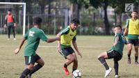 Pemain Timnas Indonesia U-23, Asnawi Mangkualam menggiring bola saat mengikuti latihan di Stadion Madya, Jakarta, Kamis (14/3). Latihan ini merupakan persiapan jelang Kualifikasi Piala AFC U-23. (Bola.com/Vitalis Yogi Trisna)