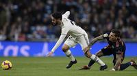 Gelandang Real Madrid, Isco, ditarik kakinya oleh striker Valencia, Santi Mina, pada laga La Liga di Stadion Santiago Bernabeu, Madrid, Sabtu (1/12). Madrid menang 2-0 atas Valencia. (AFP/Oscar Del Pozo)