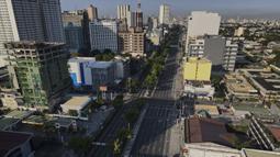 Quezon Boulevard yang hampir kosong terlihat saat pemerintah menerapkan lockdown ketat untuk mencegah penyebaran COVID-19 pada Jumat Agung di Quezon, Filipina, Jumat (2/4/2021). Lockdown berlaku mulai 29 Maret 2021 hingga 4 Maret 2021. (AP Photo/Aaron Favila)