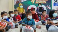 Anak-anak yatim diajak berbelanja baju lebaran dalam rangka bakti sosial bertajuk 'Bahagia Bersama IKA-PTK'. (Liputan6.com/ Aceng Mukaram)