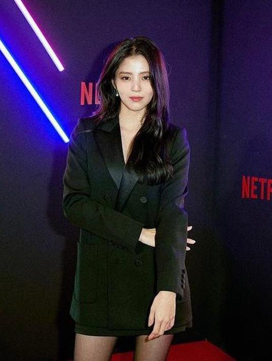 Pemeran Na Bi dalam drama Korea Nevertheles, Han So Hee menjatuhkan pilihannya pada blazer dress yang dipadukan dengan stocking dan high heels serba hitam. (Instagram/netflixkr).