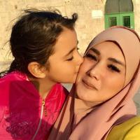 Mulan Jameela sedang dicium bocah Palestina (Instagram/@mulanjameela1)