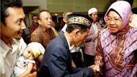 Beredar video yang memperlihatkan Wali Kota Surabaya Tri Rismaharini bersujud dan meminta maaf di depan para takmir. (Foto: Liputan6.com/Dian Kurniawan)