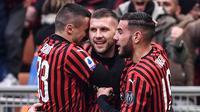 Penyerang AC Milan, Ante Rebic (tengah), berhasil mencetak dua gol sekaligus membantu timnya menang 3-2 atas Udinese pada laga pekan ke-20 Serie A, di San Siro, Minggu (19/1/2020). (AFP/Marco Bertorello)
