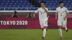 Jepang mampu unggul 2-0 pada babak pertama. Gol pembuka diciptakan oleh Takefusa Kubo (kiri) melalui bola rebound di dalam kotak pinalti pada menit ke-29. Lima menit kemudian, Hiroki Sakai mampu gandakan keunggulan lewat gol jarak dekat. (Foto: AP/Kiichiro Sato)