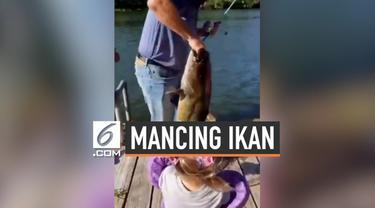 Mendadak, seorang bocah perempuan menjadi viral karena berhasil menangkap ikan raksasa menggunakan pancingan mainan miliknya.