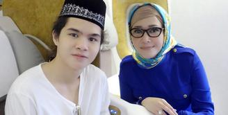 Penyanyi Maia Estianty dan putra bungsunya Dul Jaelani baru saja melaksanakan ibadah umrah di Tanah Suci Mekkah. Lantas apa yang membuat Dul menanggis?. (Instagram/maiaestiantyreal)