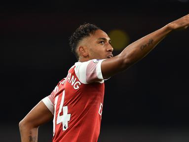 Striker Arsenal, Pierre-Emerick Aubameyang, merayakan gol yang dicetaknya ke gawang Leicester pada laga Premier League Inggris di Stadion Emirates, London, Senin (22/10). Arsenal menang 3-1 atas Leicester. (AFP/Glyn Kirk)