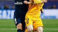 Penyerang Barcelona, Lionel Messi (kanan) berusaha membawa bola dari kawalan gelandang Atletico Madrid, Koke di leg kedua Liga Champions di Vicente Calderon, Madrid, (14/4). Atletico menang atas Barcelona dengan skor 2-0. (Reuters/Juan Medina)