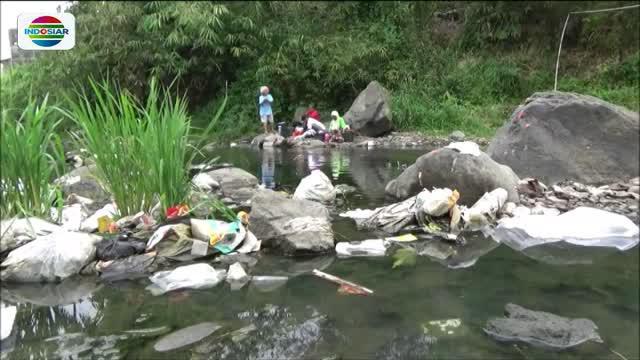 Sulit memperoleh air bersih karena sumur mengering akibat kemarau panjang, warga Tasikmlaya, Jawa Barat, menggunakan air kali yang kotor untuk kebutuhan sehari-hari.