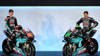 Dua pembalap Petronas Yamaha SRT, Fabio Quartararo dan Franco Morbidelli, memamerkan tunggangan anyar yang akan dipakai pada MotoGP 2019. Acara tersebut berlangsung di Kuala Lumpur, Senin (28/1/2019). (AFP/Mohammad Rasfan)