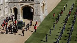 Anggota keluarga Kerajaan bersiap untuk mengikuti di belakang peti mati Pangeran Philip dari Inggris di Segi Empat di Kastil Windsor di Windsor, Inggris, Sabtu (17/4/2021). Pangeran Philip meninggal 9 April pada usia 99 tahun setelah 73 tahun. (Adrian Dennis/Pool via AP)