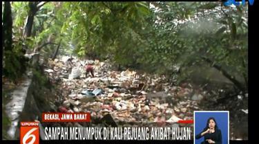 Sampah yang didominasi sampah rumah tangga ini terlihat memenuhi Kali Pejuang sepanjang 20 meter dengan ketebalan 50 sentimeter.