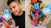Pria ini bagikan buket bunga di Hari Valentine berisi masker dan sanitiser. (Sumber: AsiaOne)