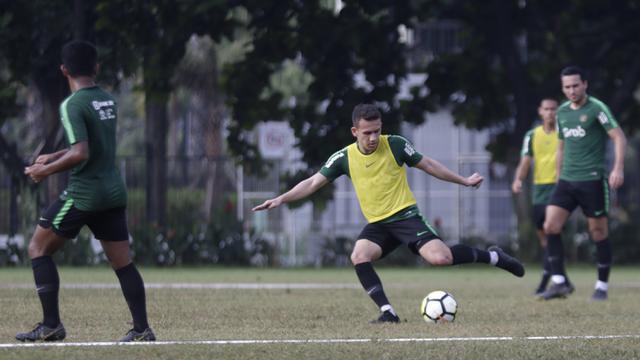 Pemain Timnas Indonesia U-23, Egy Maulana, bersiap mengirim umpan saat latihan. (Bola.com/Vitalis Yogi Trisna)