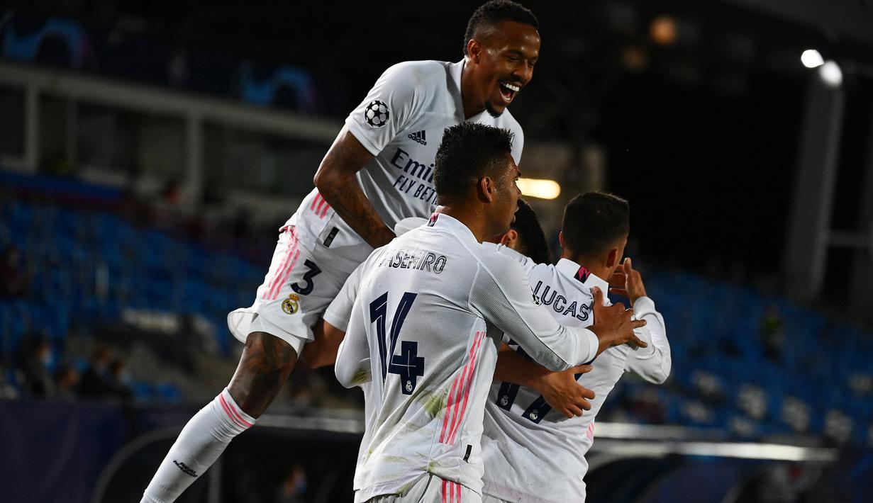 Para pemain Real Madrid merayakan gol kedua ke gawang Liverpool yang dicetak gelandang Marco Asensio dalam laga leg pertama babak perempatfinal Liga Champions 2020/2021 di Alfredo di Stefano Stadium, Selasa (6/4/2021). Real Madrid menang 3-1 atas Liverpool. (AFP/Gabriel Bouys)