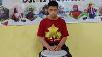 Raafi Fadillah Bahini penyandang down syndrome yang gemar main jimbe. Foto: Dokumen pribadi Ernie Parwatie.