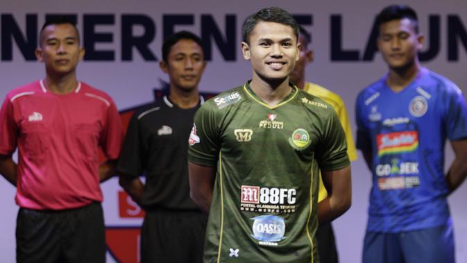 Pemain PS Tira, Dimas Drajad berpose saat Peluncuran Shopee Liga 1 di SCTV Tower, Jakarta, Senin (13/5). Sebanyak 18 klub akan bertanding pada Liga 1 mulai tanggal 15 Mei. (Bola.com/Vitalis Yogi Trisna)