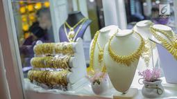 Koleksi perhiasan terlihat di salah satu stan pameran Jakarta Inernational Jewellery Fair 2019 di Jakarta, Kamis (4/4). Ajang Jakarta International Jewellery Fair 2019 diselenggarakan oleh Asosiasi Perhiasan Emas dan Permata Indonesia (APEPI) pada 4-7 April 2019 di JCC. (Liputan6.com/Faizal Fanani)