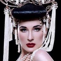 Dita Von Teese pakai mahkota Rinaldy Yunardi (Instagram @rinaldyyunardi)